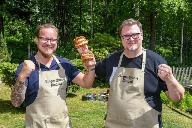 Burger Lovers Finland -yhteisön aktiivit Mikko Väisänen ja Antti Suikkari ovat järjestämässä Suomen ensimmäistä hampurilaisfestivaalia.