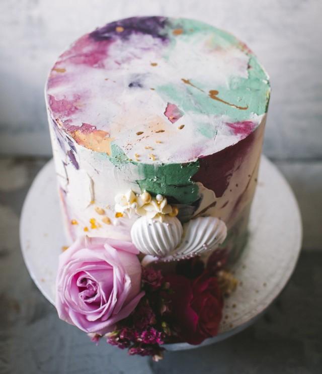 Mona Tähtinen möi kakkujaan ensin Say it with a cake -tilausleipomonsa kautta. Pian niitä saa HUG Cafésta.