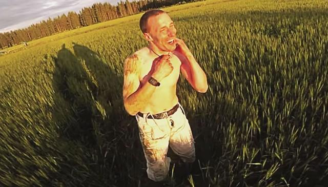 Antti Pendikainen nautti vauhdista ja extremekokemuksista. Tässä hän iloitsee onnistunutta hyppyä kuumailmapallosta ilman omaa laskuvarjoa.