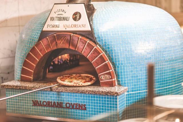 Via Tribunalin pizzat paistuvat aidossa kiviuunissa.