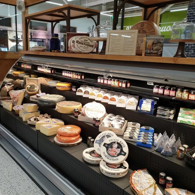 Juustohuoneen valikoimassa on myös Helsingin meijeriliikkeen juustoja.