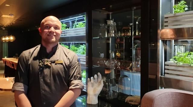 Keittiöpäällikkö Sami Lyly käyttää annoksissaan ravintolasalin viherseinässä kasvatettuja yrttejä.