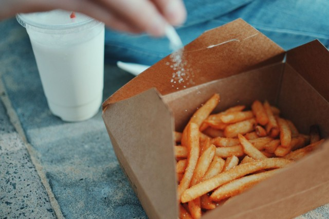 Haamuravintola voi suunnitella esillepanon ja pakkauslaatikot siten, että annokset on suunniteltu toimituksiin sopiviksi ja reseptiikka on suunniteltu laatikkotoimituksia varten.