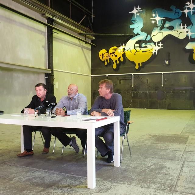Aki Kaurismäki, Bruce Oreck ja Mika Kaurismäki kertoivat hankkeesta The Train Factorylla pidetyssä tiedotustilaisuudessa.