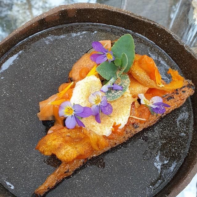 Porkkana-annos oli koristeltu itse kerätyillä kukkasilla.