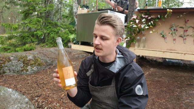 Nico Österberg esittelee annokselle paritettua viiniä.