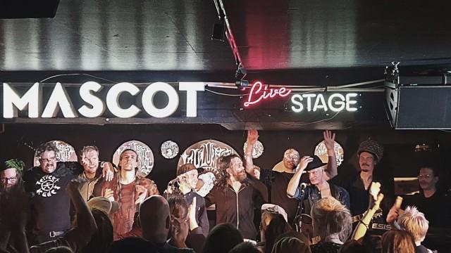 Laulurastas kiittää hikistä yleisöä Mascotin levyjulkkarikeikan jälkeen.