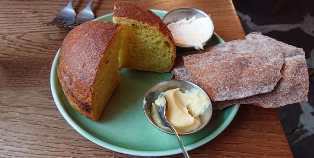 Kurkumalla maustettua itse tehtyä leipää