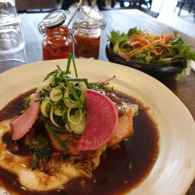 Paisanon lounasannokset ovat runsaita. Kuvassa grillattua lohta lisukesalaatilla.