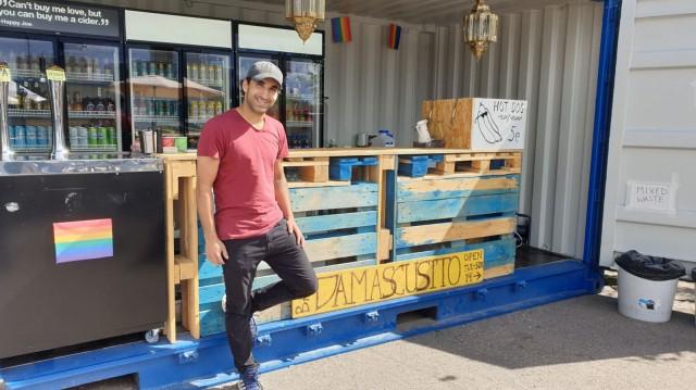 Wisam Abboud pyörittää kesän ajan Bar Damascusitoa Sompasaaressa.