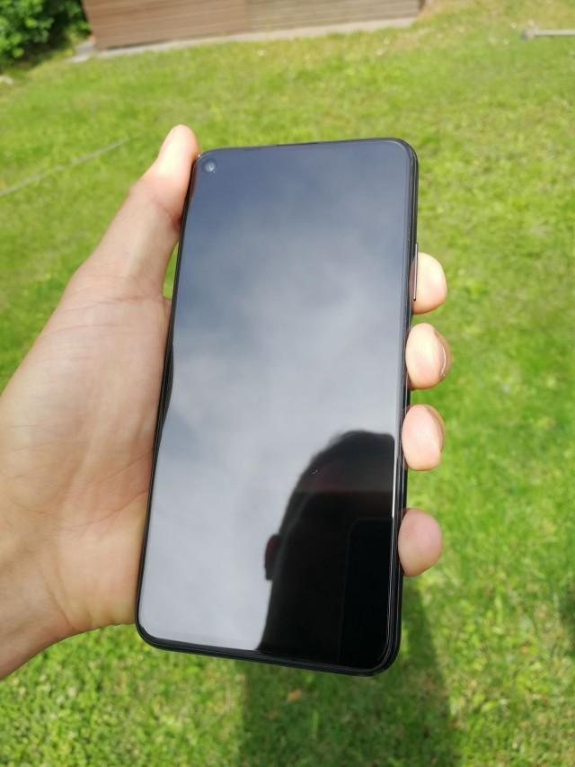 Honor 20 älypuhelimessa on 32 megapikselin etukamera ja 4 takakameraa joilla voi ottaa jopa 48 megapikselin kuvia.