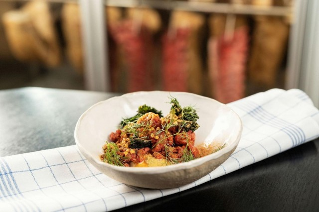 Meat Districtin karitsatartar on maustettu kuivatulla katkaravulla, tillillä ja karhunlaukalla.