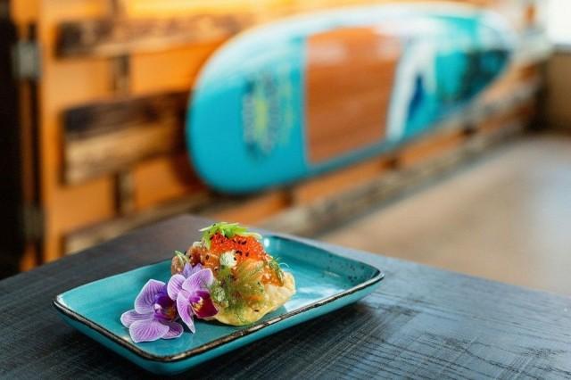 Ravintola Bondain Tropical Salmon Poke tuo Smakuun tuulahduksen havaijilaista tunnelmaa.