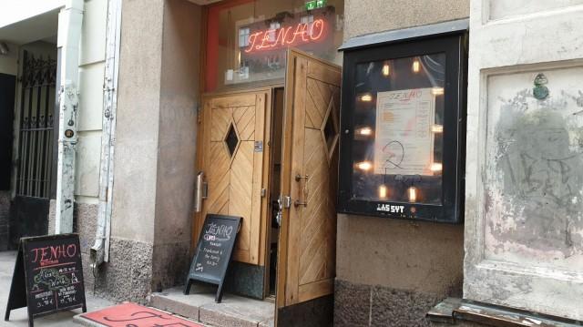 Ravintola Tenho sijaitsee kivenheiton päässä Hesarin lippakioskista.