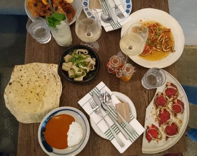Paisano on parhaimmillaan pöytä täyteen tilattuna erilaisia annoksia, joiden koko on alkuroan ja pääruoan välistä, mutta hinnoittelu selkeästi lähempänä alkuruokaa. Entrecôtea, grillattua kalmaria, nuudeleita, bataattia, pratha-leipää.