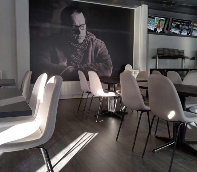 Wiskarilan seinällä on mustavalkovedos ravintolan isännästä Arttu Wiskarista.
