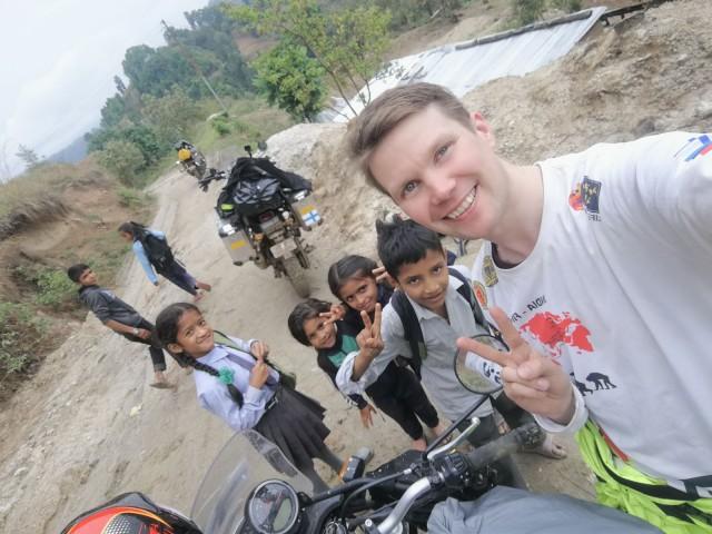 Nepalissa. Lapsia menossa kouluun. Lukutaito on tärkeä taito ja maailmassa on edelleen liian monta lukutaidotonta.