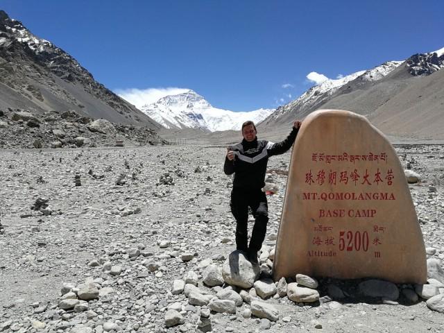 Taustalla maailman korkein vuori Mount Everest 8 848 m. Ilkka Lavas Tiibetissä Mount Everest Base Campilla 5200 metrin korkeudessa.