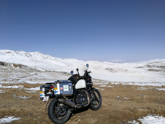 Tiibetissä lämpötila laski  jopa -5 asteeseen. Aiemmin matkalla Intiassa lämpömittari oli näyttänyt jopa +45 astetta. Matkalle pakkasin kaikkea shortseista toppatakkiin. Osan vaatteista onneksi pystyi ostamaan matkalta.
