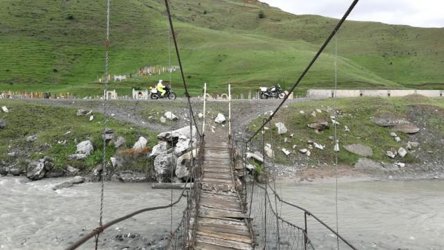 Joen yli menevä silta Kirgisiassa.