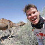 Turkmenistan on pitkälti aavikkoa. Kameli on ollut näihin olosuhteisiin hyvä kulkupeli Silkkitien kauppiaille. Kameleita on täällä edelleenkin paljon.