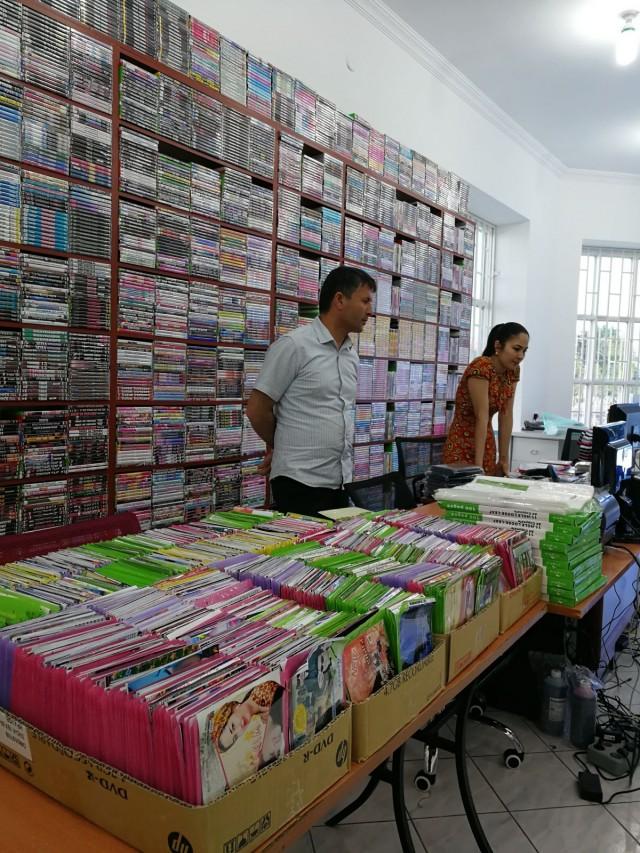 DVD- ja CD-levybisnes toimii edelleen Turkmenistanissa koska täällä ei ole kansainvälistä Internetiä, ei Netflixiä, ei Spotifyä.