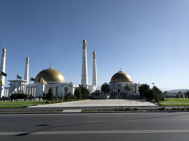 Turkmenistanissa kaikki on suurta ja kullattua. Myös moskeijat.
