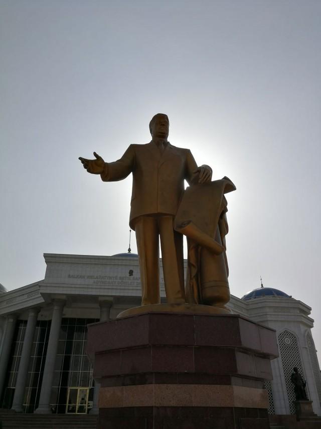 """Turkmenistanin presidentin patsas. Presidenttiä sanotaan täällä leikkisästi """"big daddy"""":ksi."""