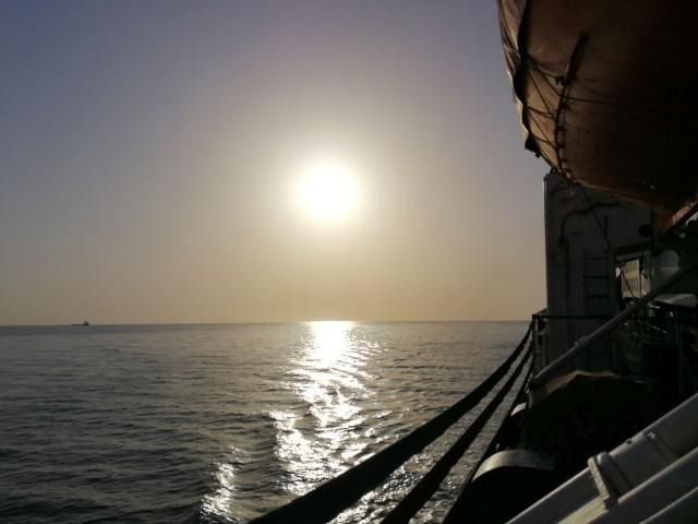 Laivan lähtöä odoteltiin pitkään ja hartaasti. Tuntui kuin olisi vankina. Laivalla vasta selvisi syy:  Kaspianmeri on niin matala, että Türkmenabatista lähtevät rahtilaivat pystyvät vain länsituulella pääsee ylittämään matalan hiekkasärkän.