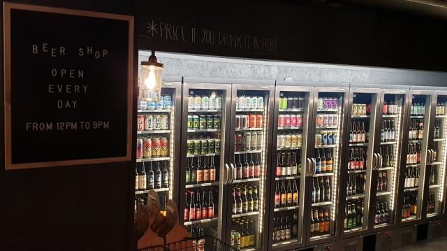 Kylmäkaappien laajasta valikoimasta voi ostaa olutta myös mukaan.
