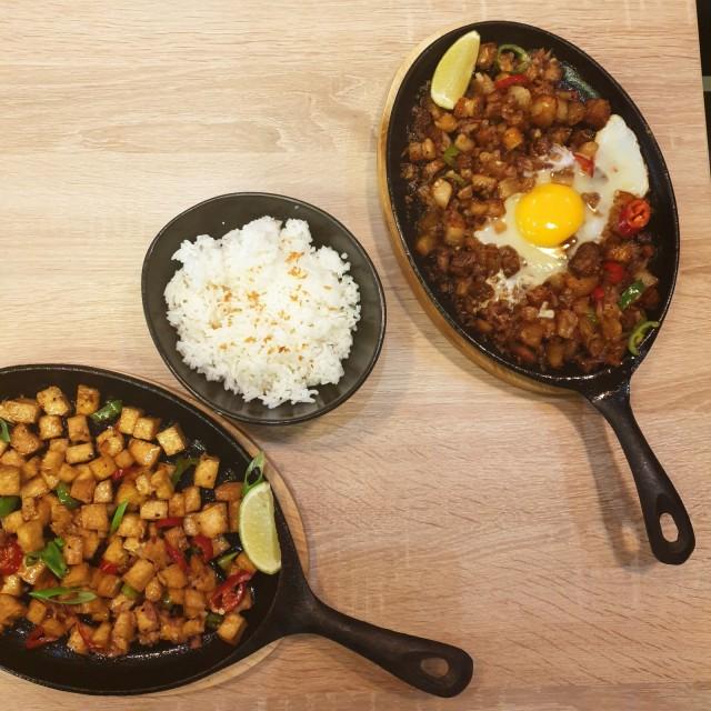 Kuumalta pannulta tarjoiltava sisig on kuin filippiiniläinen pyttipannu. Ravintola Kainanissa perinteisen possupannun lisäksi tarjolla on vegaaninen tofu sisig.