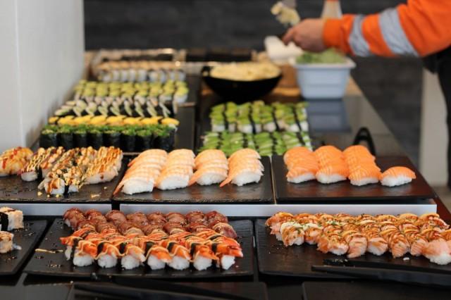Yamaton buffetissa on sushin lisäksi tarjolla myös lämpimiä ruokia.