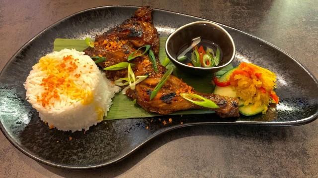 Kana inasal tarjoillaan riisin ja papaijapikkelssin kera.