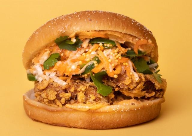 Aussie BRGR pitää sisällään marinoitua friteerattua tofua, tulista coleslaw'ta ja satay-kastiketta.