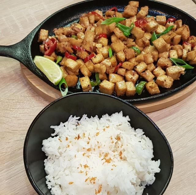 Ravintola Kainanin veganisoitu versio perinteisestä sizzling sisigistä.