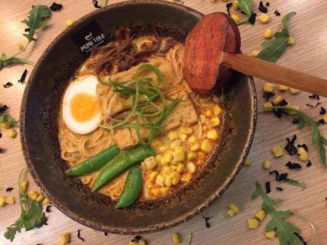 Momotokon vegeramenissa on tofua täyteläisessä curry-kookosliemessä.