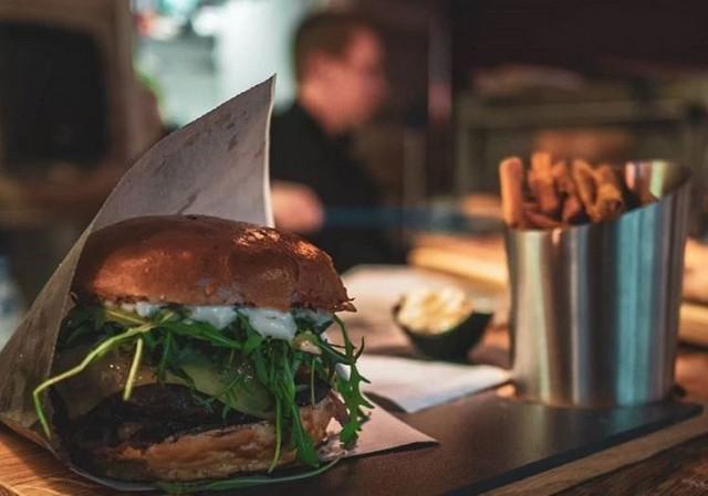 Deluxe Burger & Pizzan Tony's Burger saa makua makeansuolaisesta pekonihillosta.