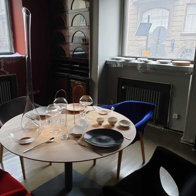 Ateljé Sotamaan design on osa illalliselämystä.