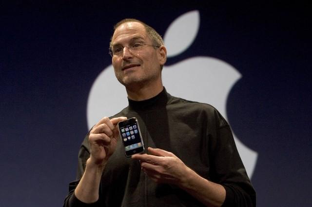 Applen älylaitteet poistivat pullonkauloja digitaalisten palvelujen kehitykseltä. Applen perustaja Steve Jobs esittelemässä iPhone'a vuonna 2007, joka mullisti puhelinmarkkinat.