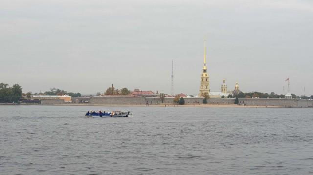 Neva-jokea ja kanaaleja pitkin kulkevat laivaristeilyt ovat helppo tapa tutustua kaupunkiin.