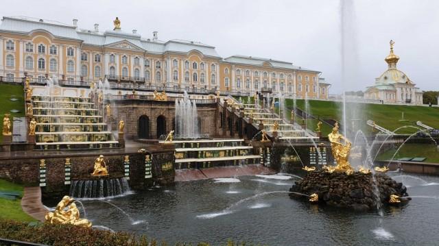 Pietarhovin kuuluisat suihkulähteet.