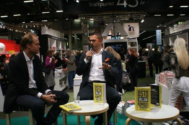 Myyntikirjailijat Akateemisen Kirjakaupan lavalla Helsingin Kirjamessuilla vuonna 2015.