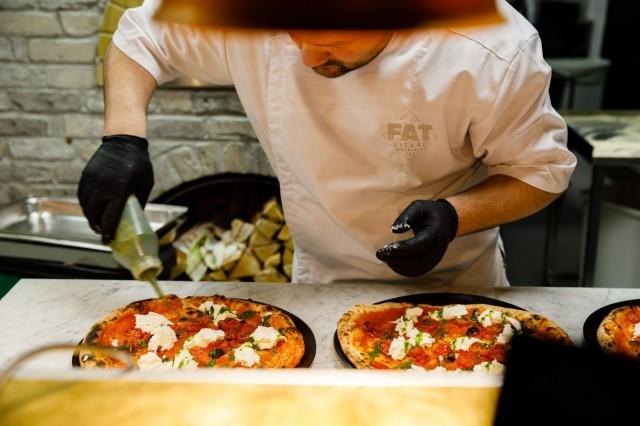 Fat Lizardin keittiössä valmistuu mm. herkullista pizzaa.