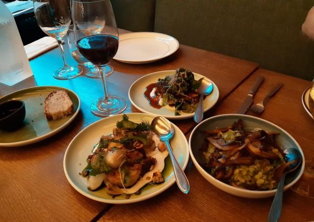 Che'fs menun antimia etenkin kasvisversiosta. mutta lihaisiakin vaihtoehtoja löytyy pöydästä hyvin piilotettuna höysteiden alle. Oikealla näkyvä yrttiohratto oli yksi illan isoimmista yllättäjistä.