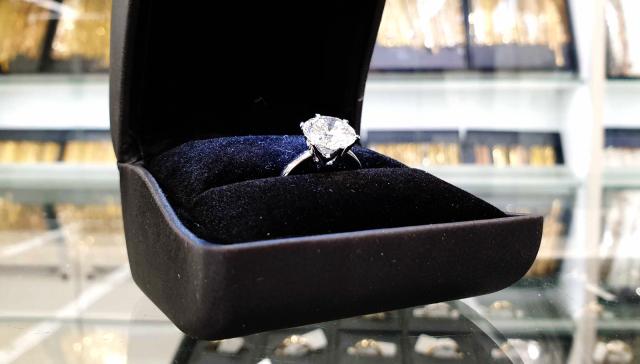 Tällä neljän karaatin timanttisormuksella on arvoa yli 200 000 euroa.
