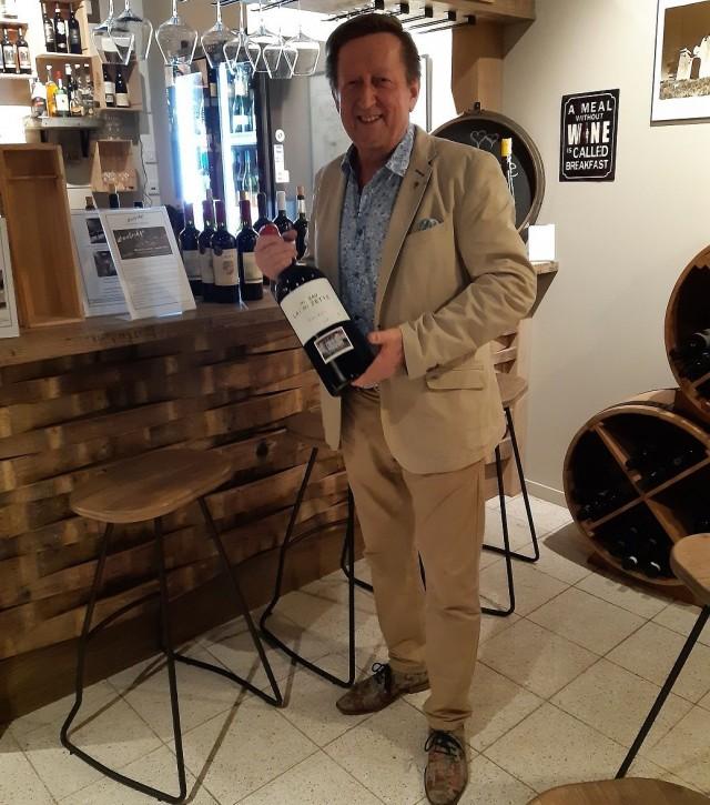 Hyväntuulinen Timo Jokinen, tuttavallisemmin Viinitimo, nauttii siitä mitä tekee.