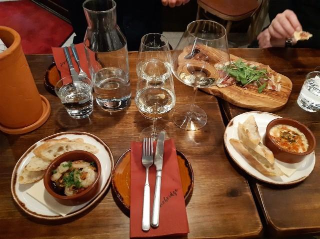 Gambas Pil Pil (vasemmalla) valikoituu lähes aina alkuruoaksi mikäli sitä on tarjolla. Espanjan matkoilla sitä tulee syötyä lähes päivittäin eikä siihen tunnu kyllästyvän.