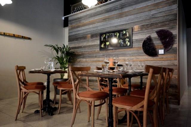 Muutamia Winebridgen etusalin pöytiä. Ravintola on täynnä isoja ja pieniä viiniaiheisia yksityiskohtia, joita löytyy mm. seiniltä ja baaritiskiltä. (kuva winebridge.fi)