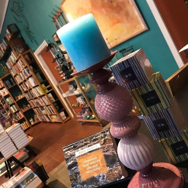Kirjakaupassa on laaja valikoima henkiseen ja fyysiseen hyvinvointiin liittyvää kirjallisuutta ja paljon myös kaikkea muuta kiinnostavaa. Mieli rentoutuu.