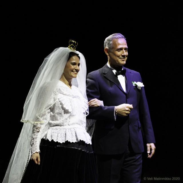 Ratsastaja Marko Björsin ja laulaja Hanna Marshin unelmien mustalaishäitä juhlistettiin catwalkilla. Valokuva Veli Matinmikko.
